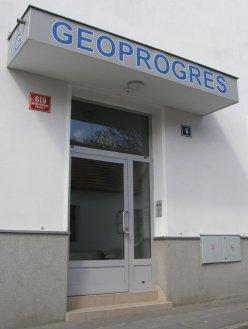 Vchod do budovy z ulice Stoliňská